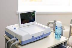 Cardiotocograph przyrząd w szpitalu egzamininować płodu bicie serca i robić kardiogramowi podczas gdy brzemienność Obrazy Royalty Free