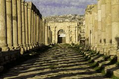 Cardo Maximus gata i Jerash arkivbild