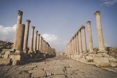 Cardo Maximus, la via principale attraverso la città romana rovinata, più grande e più interessante di Jerash antico, - immagine stock libera da diritti