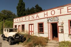 CARDRONA,新西兰, 2017年11月-葡萄酒汽车停放了在前面 库存图片