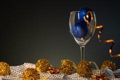 cards jul som tecknar modellera plasticine Vinexponeringsglas med blått och guld- julpynt arkivfoton