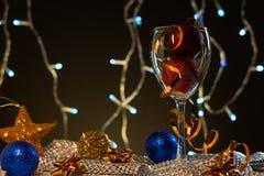 cards jul som tecknar modellera plasticine Vinexponeringsglas med blått, rött och guld- julpynt arkivfoton