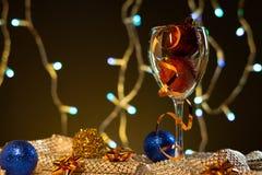 cards jul som tecknar modellera plasticine Vinexponeringsglas med blått, rött och guld- julpynt arkivfoto
