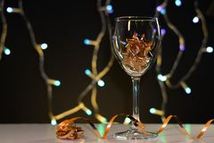 cards jul som tecknar modellera plasticine Vinexponeringsglas med guld- julpynt royaltyfria bilder