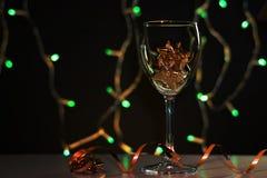 cards jul som tecknar modellera plasticine Vinexponeringsglas med guld- julpynt arkivbild