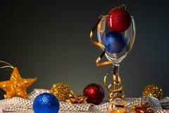 cards jul som tecknar modellera plasticine Vinexponeringsglas med rött, blått och guld- julpynt arkivfoton