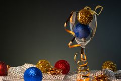 cards jul som tecknar modellera plasticine Vinexponeringsglas med rött, blått och guld- julpynt arkivfoto