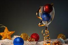cards jul som tecknar modellera plasticine Vinexponeringsglas med rött, blått och guld- julpynt royaltyfri foto