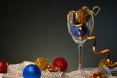cards jul som tecknar modellera plasticine Vinexponeringsglas med rött, blått och guld- julpynt royaltyfri bild