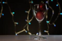 cards jul som tecknar modellera plasticine Vinexponeringsglas med rött julpynt arkivfoto