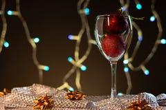cards jul som tecknar modellera plasticine Vinexponeringsglas med rött och guld- julpynt royaltyfri foto