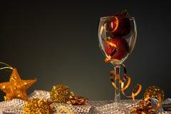 cards jul som tecknar modellera plasticine Vinexponeringsglas med rött och guld- julpynt royaltyfria foton
