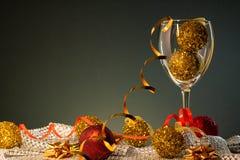 cards jul som tecknar modellera plasticine Vinexponeringsglas med rött och guld- julpynt arkivfoto