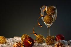 cards jul som tecknar modellera plasticine Vinexponeringsglas med rött och guld- julpynt royaltyfri bild