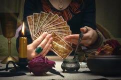 cards tarot Framtida läsning Begrepp för förmögenhetkassör Arkivfoto