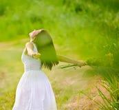Carefree attraktiv flicka i fält royaltyfria foton
