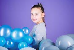 Carefree barndom Alla de ballonger f?r mig Positiva sinnesr?relser f?r lycka Hems?kt med luftballonger barnfadergyckel som har at arkivbilder