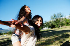 Carefree moder och barn i sunen arkivfoton