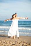 carefree par för strand fotografering för bildbyråer