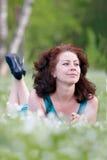 carefree ståendekvinna royaltyfria foton
