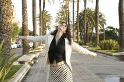 carefree stadswalkwaykvinna Arkivfoto