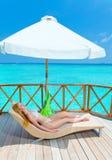 Carefree vila på en tropisk strand Arkivbilder