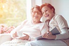 Caregiver και ανώτερο γέλιο γυναικών στοκ φωτογραφίες
