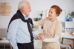Caregiver που βοηθά το ανώτερο άτομο στοκ εικόνες