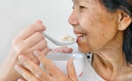 Caregiver που ταΐζει τους ηλικιωμένους γονείς στοκ φωτογραφία με δικαίωμα ελεύθερης χρήσης