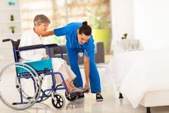 Caregiver die bejaarden helpen Stock Foto