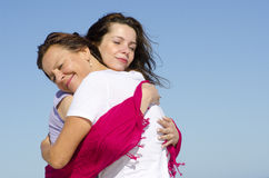 Caresse et mère et descendant d'étreinte Images libres de droits
