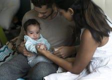 Caresses avec la maman et le papa Photographie stock libre de droits