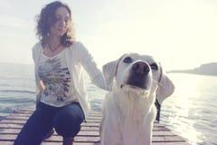 Caresses de propriétaire avec amour son chien Image libre de droits
