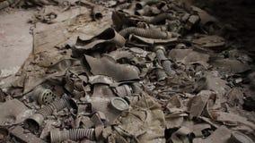 Caretas antigás que cubren el piso de un edificio abandonado almacen de video