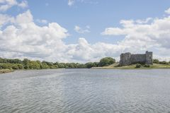 Carew Castle και παλιρροιακός μύλος pembrokeshire Ουαλία στοκ εικόνες με δικαίωμα ελεύθερης χρήσης