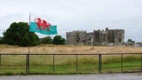 Carew slott och walesisk flagga Fotografering för Bildbyråer