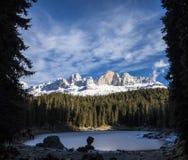 Carezza湖在与冷淡的表面的冬天 免版税库存图片