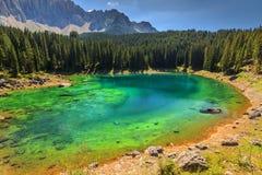 Carezza sjö i Dolomites, Val Di Fassa, södra Tyrol, Italien Royaltyfri Bild