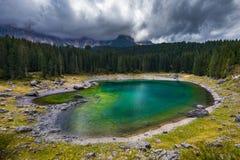 Carezza sjö (Lago di Carezza, Karersee) med monteringen Latemar, Bol royaltyfria foton