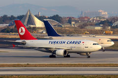 Carga Airbus A310 TC-JCZ de Turkish Airlines que taxiing no aeroporto internacional de Ataturk Foto de Stock Royalty Free