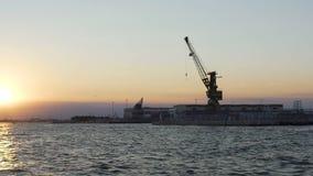 Carga alta do guindaste da elevação e cargas do descarregamento dos navios no porto marítimo, logística filme