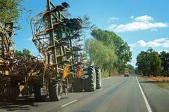 Carga ancha en una carretera australiana imagen de archivo libre de regalías