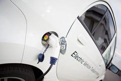 Carga blanca del coche eléctrico al aire libre Imagen de archivo libre de regalías