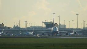 A carga Boeing 747 de Silkway Azerbaijão taxiing vídeos de arquivo