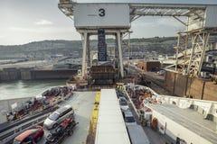Carga da balsa do cruzamento no porto de Dôvar foto de stock