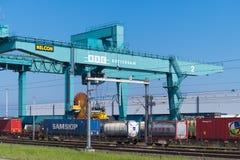 Carga da carga em um trem imagens de stock