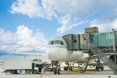 Carga da carga no plano no aeroporto carga do avião de carga para logis fotografia de stock royalty free