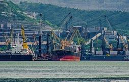 Carga de buques en el área portuaria del agua Cargando y descargando operaciones fotografía de archivo libre de regalías