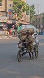 Carga de la bicicleta en Ahmadabad Imagenes de archivo