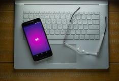Carga de Lyft app no telefone de Android em uma sala escura imagem de stock royalty free
